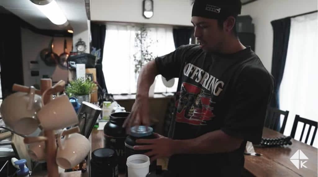 筋トレYoutubeのカネキンさんはトレーニング後にゴールドスタンダードを2スクープとカーボリンを1杯(50g〜60g)を水で飲んでらっしゃいます。